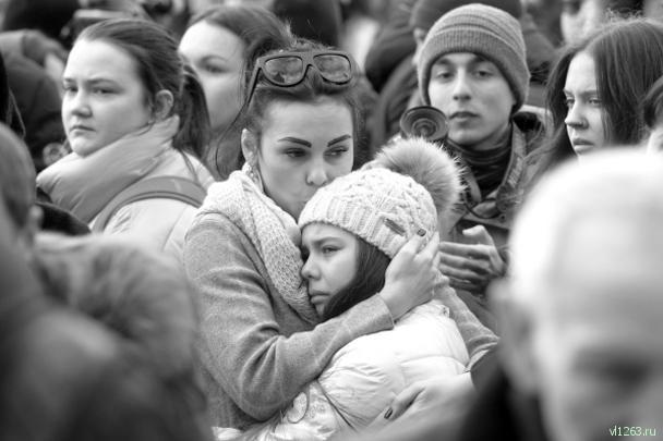 Уже в самом начале акции памяти в Москве на Манежную площадь пришло не менее полутысячи человек, люди продолжают подходить. В Александровском саду размещен стенд с фотографиями жертв трагедии, баннером с хештегом #кемеровомыстобой, к которому люди приносят цветы и свечи